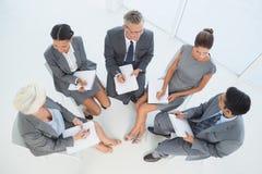 Gens d'affaires lors de la réunion de salle du conseil d'administration Photos stock