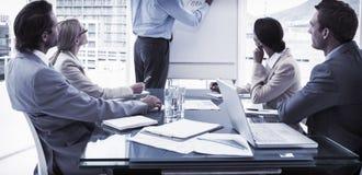 Gens d'affaires lors de la réunion de salle du conseil d'administration Images stock