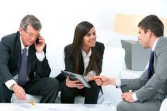 Gens d'affaires lors du contact. Images stock