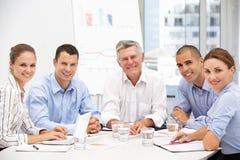 Gens d'affaires lors du contact de groupe Image stock