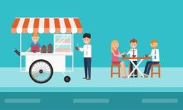 Gens d'affaires mangeant des aliments de préparation rapide sur la rue Photographie stock libre de droits
