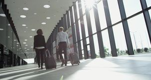 Gens d'affaires marchant dans l'aéroport banque de vidéos