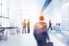 Gens d'affaires marchant dans le bureau moderne photo stock