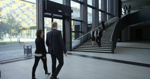 Gens d'affaires marchant dans le hall