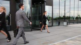 Gens d'affaires marchant dehors banque de vidéos