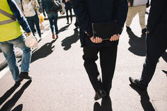 Gens d'affaires marchant sur la rue Image stock