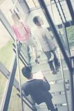 Gens d'affaires marchant sur les escaliers Gens d'affaires dans le busine Photo libre de droits