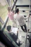 Gens d'affaires marchant sur les escaliers Gens d'affaires dans le busine Photographie stock