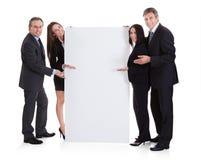 Gens d'affaires montrant la plaquette photographie stock libre de droits