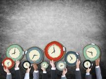 Gens d'affaires multi-ethniques avec des concepts de temps Image libre de droits
