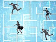 Gens d'affaires obtenant perdus dans le concept d'incertitude de labyrinthe photos stock
