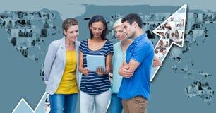 Gens d'affaires occasionnels à l'aide de l'ordinateur portable avec des graphiques de carte et de flèche à l'arrière-plan Photo stock