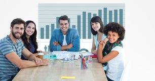 Gens d'affaires occasionnels au bureau avec le graphique à l'arrière-plan Photo libre de droits