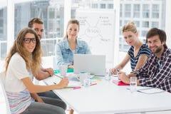 Gens d'affaires occasionnels autour de table de conférence dans le bureau Photographie stock