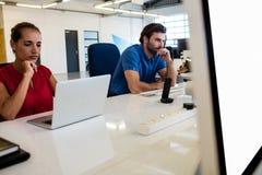Gens d'affaires occasionnels employant la technologie Photos stock