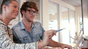 Gens d'affaires occasionnels regardant l'échantillon de photo banque de vidéos