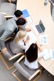 Gens d'affaires occupés lors de la réunion. Vue supérieure Photo stock