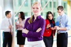 Gens d'affaires ou équipe dans le bureau Images libres de droits