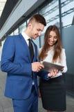Gens d'affaires ou travailler d'homme d'affaires et de femme d'affaires extérieur, Photos stock