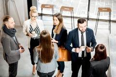 Gens d'affaires parlant à l'intérieur photos libres de droits