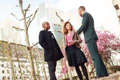 Gens d'affaires parlant dans la défense de La, Paris, France photographie stock