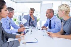 Gens d'affaires parlant ensemble au cours de la réunion Photos libres de droits