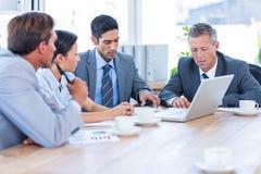 Gens d'affaires parlant ensemble au cours de la réunion image stock