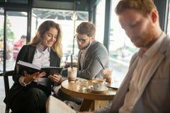 Gens d'affaires parlant et riant ensemble Photographie stock libre de droits