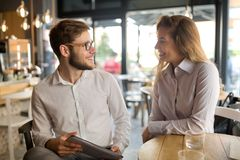 Gens d'affaires parlant et riant ensemble Photos stock