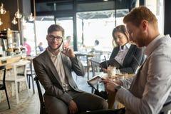 Gens d'affaires parlant et riant ensemble Photo libre de droits
