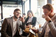 Gens d'affaires parlant et riant ensemble Image stock