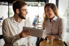 Gens d'affaires parlant et riant ensemble Image libre de droits