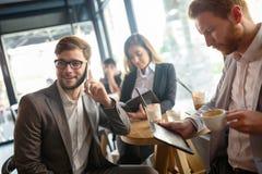 Gens d'affaires parlant et riant ensemble Images stock
