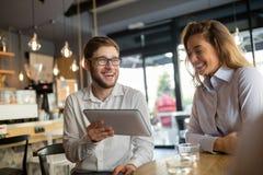 Gens d'affaires parlant et riant ensemble Photo stock