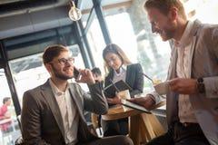 Gens d'affaires parlant et riant ensemble Photographie stock