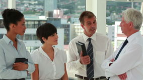 Gens d'affaires parlant tout en se tenant banque de vidéos