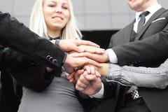 Gens d'affaires pliant leurs mains ensemble travail d'équipe d'isolement par illustration noire du concept 3d Photo stock