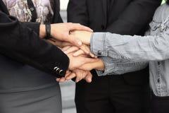 Gens d'affaires pliant leurs mains ensemble travail d'équipe d'isolement par illustration noire du concept 3d Photographie stock