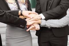 Gens d'affaires pliant leurs mains ensemble travail d'équipe d'isolement par illustration noire du concept 3d Image stock