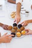 Gens d'affaires prenant des petits pains de plat Images libres de droits