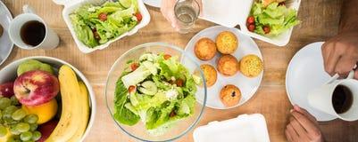 Gens d'affaires prenant le déjeuner ensemble image libre de droits