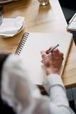 Gens d'affaires prenant les notes sur le séminaire de conférence de formation d'éducation, étudiants à la salle de classe moderne Photographie stock