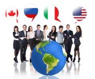 Gens d'affaires près de grandes bulles de la terre et de drapeau Photographie stock libre de droits