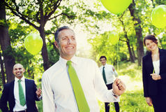 Gens d'affaires qui respecte l'environnement tenant le concept vert de ballons Image libre de droits