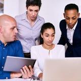 Gens d'affaires regardant l'information sur le carnet et le comprimé Image libre de droits