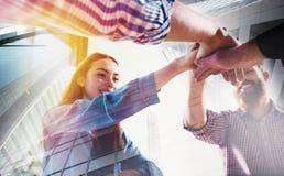 Gens d'affaires remontant leurs mains Concept de travail d'équipe et d'association Photos stock