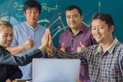 Gens d'affaires remontant leurs mains Pile de Han Images libres de droits