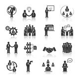 Gens d'affaires rencontrant des icônes réglées