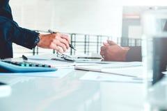 Gens d'affaires rencontrant l'analyse de stratégie de planification sur le nouveau busine Photographie stock