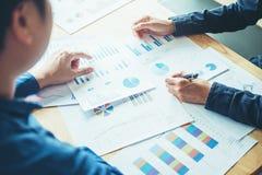 Gens d'affaires rencontrant la planification et le fonctionnement sur le nouveau DES d'affaires photo stock